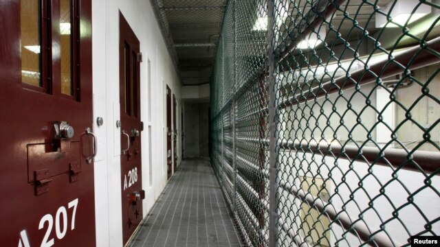 Interior de un bloque de celdas en el Campo VI de la Base Naval de Guantánamo, Cuba.