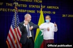 က်န္းမာေရးႏွင့္အားကစားဝန္ႀကီးဌာနကို ႏွာေခါင္းစည္းႏွင့္ လက္အိတ္မ်ားေပးအပ္လႉဒါန္းတဲ့ အခမ္းအနား။ (ဓာတ္ပံု - U.S. Embassy Rangoon- ဇူလိုင္ ၂၉၊ ၂၀၂၀)