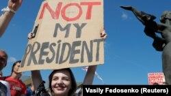 احتجاج کے باعث صدر الیگزینڈر لوکاشینکو پر استعفیٰ دینے کے لیے دباؤ بڑھتا جا رہا ہے۔