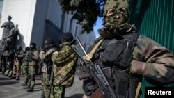 特种部队在乌克兰议会大厦前警戒