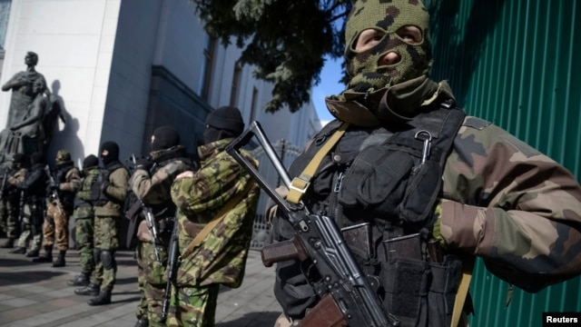 Members of a military special unit stand guard in front of a Ukrainian parliament building in Kyiv, March 17, 2014.