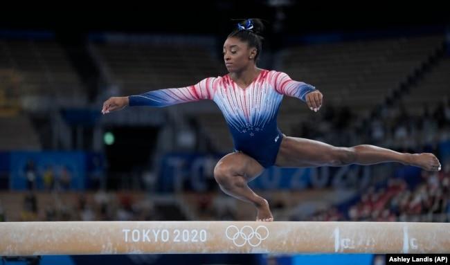 L'Américaine Simone Biles s'exécute lors de la finale féminine de gymnastique artistique aux Jeux olympiques d'été de 2020, mardi 3 août 2021, à Tokyo, au Japon.