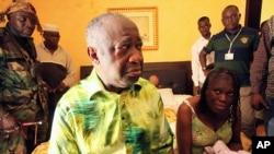 Tsohon shugaban Ivory Coast Laurent Gbagbo (hagu) da matarsa Simone Gbagbo a zaune (dama) a lokacin da ake musu shari'a