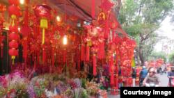 Bên trong chợ hoa Tết Hàng Mã là cả một thế giới đồ trang trí Tết.