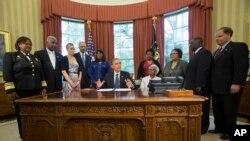 Tổng thống Barack Obama nói chuyện với các nhà báo trước khi ký luật để truy tặng huy chương Vàng Quốc hội cho 4 nạn nhân của vụ nổ bom
