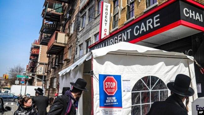 Një tendë përpara spitalit në Nju Jork; ata që kanë shenja për virusin duhet të presin në tendë