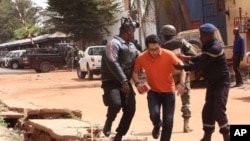 20일 인질극이 벌어진 말리 버마코 시 호텔 앞에서 군인들이 풀려난 인질을 호위하고 있다.