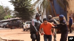 Forças malianas ajudam um refém, 20 Novembro, 2015