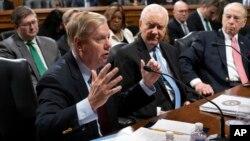 Các Thương nghị sĩ Lindsey Graham, Orrin Hatch, và Chuck Grassley thảo luận dự luật bảo vệ công tố viên đặc biệt Robert Mueller