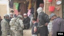 Američki vojnici u razgovoru sa mještanima Baraki Barak u Afganistanu