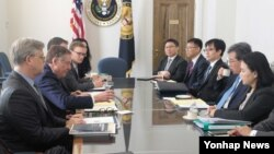 로버트 라이트하이저(왼쪽 두번째) 미 무역대표부(USTR) 대표가 이끄는 미국 측과 김현종(오른쪽 두번째) 산업통상자원부 통상교섭본부장 등 한국 측 통상 당국자들이 4일 워싱턴 DC에서 자유무역협정(FTA) 제2차 공동위원회 특별회기를 진행하고 있다.