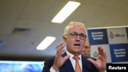 호주의 맬컴 턴불 총리가 13일 호주 해병대 국경센터를 돌아본 뒤 기자들의 질문에 답하고 있다.