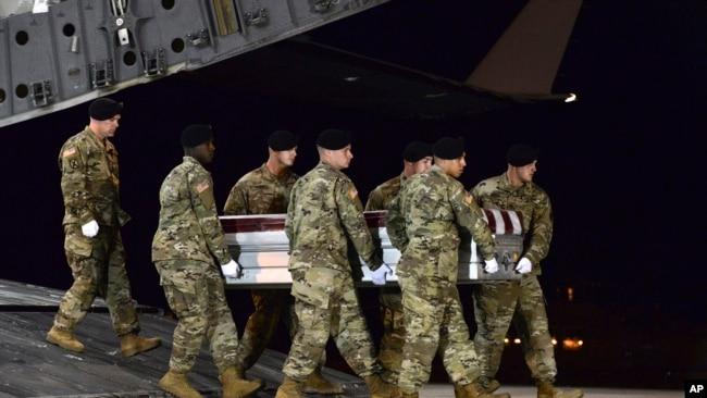 En esta imagen proporcionada por la Fuerza Aérea de los Estados Unidos, un equipo de transporte del Ejército transporta los restos del Sargento del Ejército.