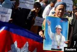 Supporters of Kem Sokha, leader of the Cambodia National Rescue Party, stand outside the Appeal Court during a bail hearing for the jailed opposition leader in Phnom Penh, Cambodia Sept. 26, 2017.