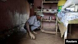 Un homme nettoie sa boutique après l'inondation provoquée par l'ouragan Matthieu à Les Cayes, Haïti, 5 octobre 2016.