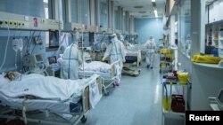 Arhiva - Medicinski radnici zbrinjavaju pacijente obolele od Kovida 19, u Zemunskoj bolnici u Beogradu, 26. novembra 2020. (Foto: Rojters, Marko Đurica)