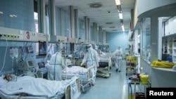 Serbia ႏိုင္ငံ Belgrade ၿမိဳ႕ရွိ ေဆးရံုတခုမွာ ေတြ႔ရတဲ့ ကိုဗစ္ကူးစက္ခံရတဲ့ လူနာမ်ားကို ကုသေပးေနတဲ့ က်န္းမာေရးဝန္ထမ္းတခ်ိဳ႕။ (ႏိုဝင္ဘာလ ၂၆၊ ၂၀၂၀)