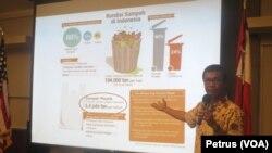 Hermawan Some dari Komunitas Nol Sampah Surabaya memberi paparan mengenai kondisi dan bahaya sampah plastik (Foto: VOA-Petrus Riski).