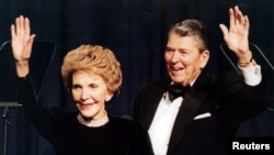 로널드 레이건 전 미 대통령(오른쪽)과 부인 낸시 레이건 여사. ( 2001년 자료사진)