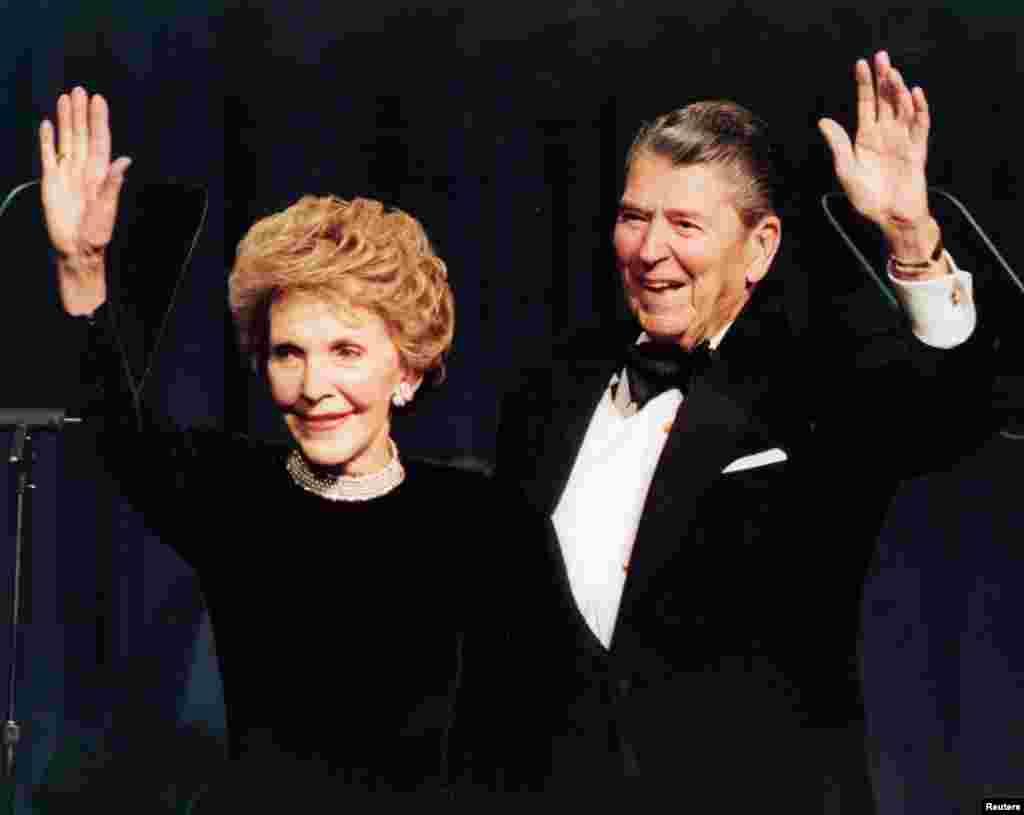 លោក Ronald Reagan និងលោកស្រី Nancy Reagan លើកដៃស្វាគមន៍នៅពេលដែលអ្នកទាំងពីរប្រារព្ធពិធីខួបកំណើតគម្រប់អាយុ៨៣ឆ្នាំរបស់លោក Ronald Reagan នៅរដ្ឋធានីវ៉ាស៊ីនតោន កាលពីថ្ងៃទី៣ ខែកុម្ភៈ ឆ្នាំ១៩៩៤។