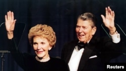 Defen Prezidan Ronald Reagan ak Madam li, Nancy Reagan.