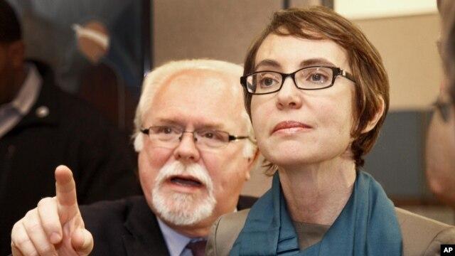 Ông Ron Barber, từng là trợ lý của cựu dân biểu Dân chủ Gabrielle Giffords, đã đánh bại đối thủ Cộng hòa Jesse Kelly trong cuộc bầu cử ngày hôm qua