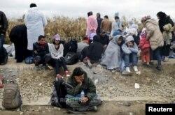 Di dân ngồi chờ để vượt qua biên giới từ Serbia vào Croatia tại làng Strosinci.