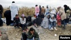 Migranti čekaju da pređu iz Srbije u Hrvatsku na prelazu Strošinci