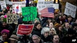 Cientos de manifestantes desfilaron en la ciudad de Nueva York en apoyo del juicio político al presidente Donald Trump, el martes 17 de diciembre de 2019.