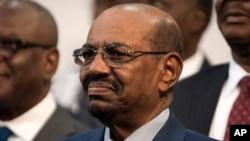 Presiden Sudan Omar al-Bashir atas tuduhan genosida, saat menghadari KTT Uni Afrika di Johannesburg, 14 Juni lalu.