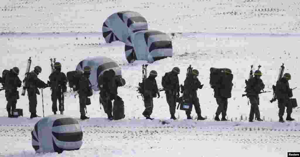 Tentara Korea berbaris di dekat zona demiliterisasi saat melakukan latihan militer di Paju, utara Seoul, dekat perbatasan dengan Korea Utara.