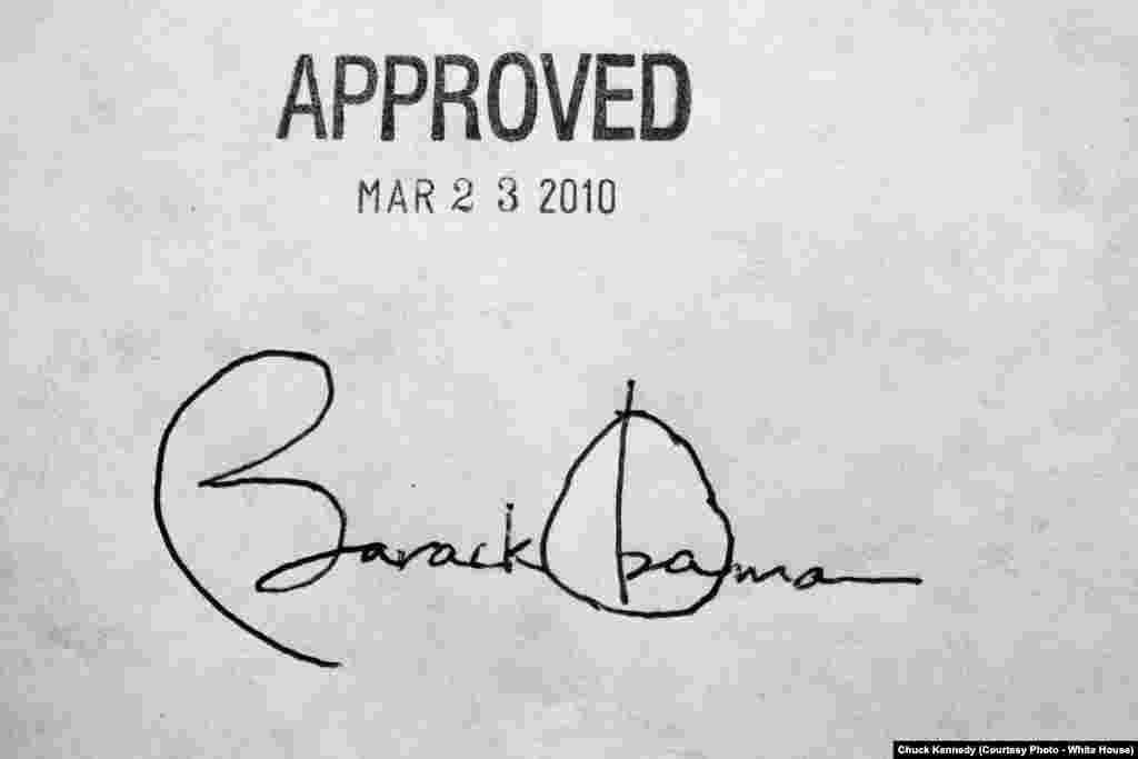 La signature du président des États-Unis sur la loi de l'assurance maladie, Washington, le 23 mars 2010. (White House/Chuck Kennedy)