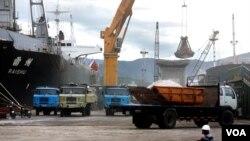 Công nhân làm việc tại cảng Cam Ranh.