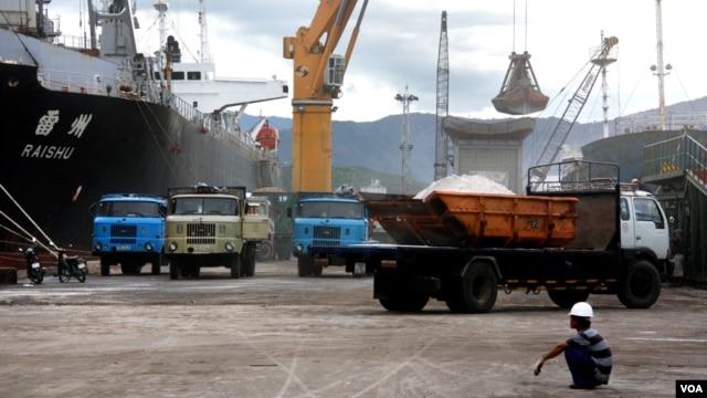 Công nhân Việt Nam tại cảng Cam Ranh.