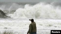 Čovek posmatra oluju u Oušn Sitiju u saveznoj državi Nju Džerzi
