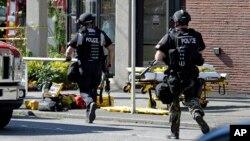 5일 미국 시애틀의 한 대학에서 발생한 총격 현장에 경찰이 출동했다. 이 날 총격으로 1명이 숨지고 3명이 다쳤다.