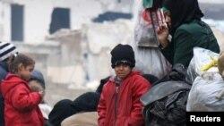 一个孩童和其他人一起等待从反政府武装控制的阿勒颇东部撤离(2016年12月16日)