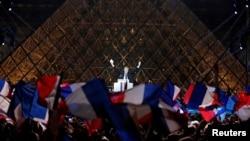 ປະທານາທິບໍດີ ທີ່ຖືກເລືອກໃໝ່ ຂອງຝຣັ່ງ ທ່ານ Emmanuel Macron ສະຫລອງຢູ່ເທິງເວທີ ໃກ້ກັບ Louvre ໃນນະຄອນ Paris ປະເທດ France ທີ 7 ພຶດສະພາ 2017.