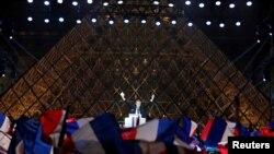 Prezidan-eli fransè a, Emmanuel Macron, kap selebre viktwa li sou podyòm tou pre Plas Louv la nan Pari, Frans, 7 me 2017.