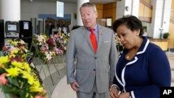 """لورتا لینچ دادستان کل آمریکا (راست) روز سه شنبه از کلوب """"پالس"""" دیدار کرد، که ده روز پیش صحنه تیراندازی و مرگ ۴۹ تن بود."""