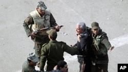 埃及军人在阻止反政府抗议者和亲政府的人之间发生冲突