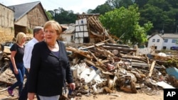 Kancelarja Merkel duke vizituar zonat e dëmtuara (20 korrik 2021)