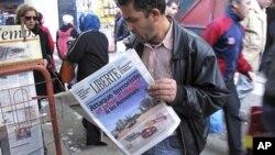 Báo chí trong thủ đô Algiers loan tin về vụ tấn công khủng bố và bắt cóc ở Amenas