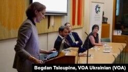 Зліва: Енн Еплбаум, Володимир Вятрович, Лорд Рісбі та Полін Латам на обговоренні Голодомору у Лондоні 9 жовтня 2017р.