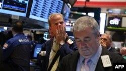 美國紐約交易所交易員一面苦惱