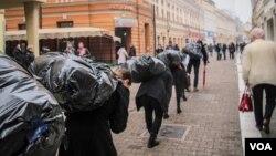 Aktivisti kroz Gospodsku ulicu u Banjaluci nosili improvizovane vreće sa ugljem