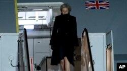 Perdana Menteri Inggris, Theresa May tiba di pangkalan udara Andrews dalam kunjungannya ke AS, Kamis (26/1).