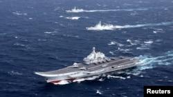 2016年12月,中國遼寧號航母艦隊在南中國海從事軍事演習。