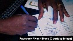 Les chefs coutumiers signent un document contre les violences en Ituri en RDC, 16 mars 2018. (Facebook/Henri Mova)