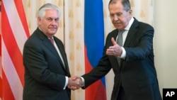 Le secrétaire d'Etat Rex Tillerson et le Russe Sergey Lavrov se saluent avant leur rencontre à Moscou, Russie, le 12 avril 2017.